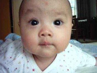 Sợ con có đôi mắt giống bố mẹ bầu ăn nho 'điên cuồng', nhưng sau khi sinh phải thốt lên 'chắc tôi ăn quá nhiều nho khô rồi'