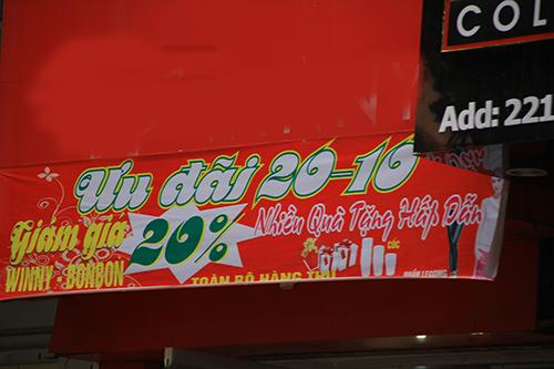 Quần áo, mỹ phẩm đua nhau giảm giá dịp 20/11