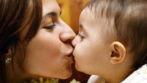 Hôn con mỗi ngày, mẹ trẻ tá hỏa đang truyền vi khuẩn gây ung thư cho con yêu