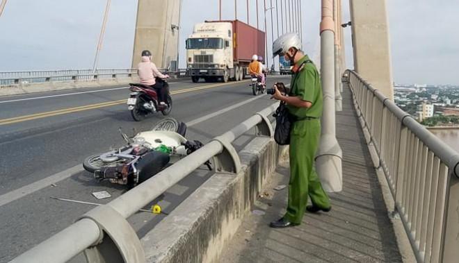 Nam thanh niên đi xe máy nghi bị chém bất tỉnh trên cầu - 1