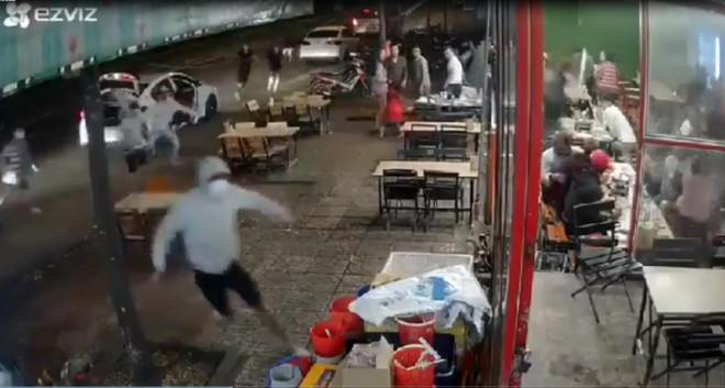 Clip: Băng nhóm bịt mặt từ 3 ô tô lao vào quán nhậu hỗn chiến kinh hoàng - 1
