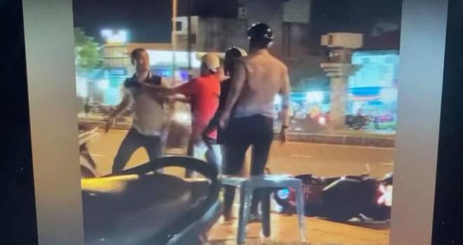Người đàn ông đánh người, tát cô gái vì va chạm giao thông ở quận 9 - 1