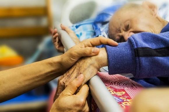 8 dấu hiệu sẽ xuất hiện 3 ngày trước cái chết của bệnh nhân ung thư giai đoạn cuối