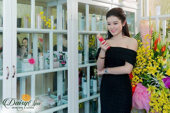 Nữ doanh nhân, đại sứ thương hiệu mỹ phẩm Vivant Joie đọ sắc cùng á hậu Huyền My