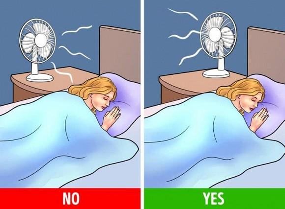 Tại sao việc chĩa thẳng quạt vào người khi ngủ lại gây hại cho sức khỏe?