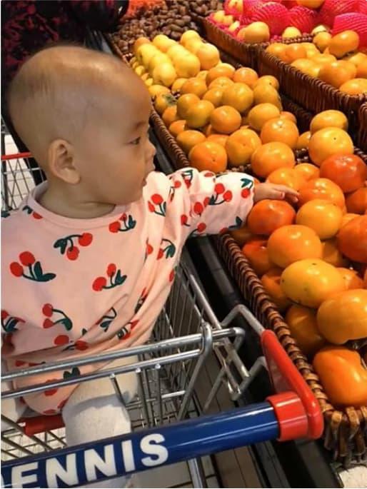 Bé đi siêu thị ngẫu hứng nghịch hoa quả, mẹ cho con bài học 'khó quên'