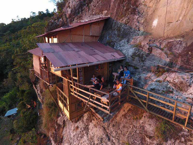 Căn nhà gỗ cheo leo trên vách đá, nằm võng đánh đu giữa không trung - 1