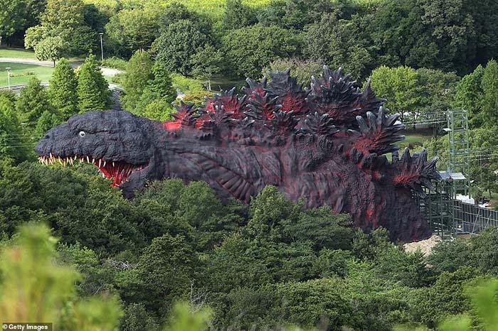 Công viên Godzilla khổng lồ, du khách có thể đu dây vào miệng quái vật - 1