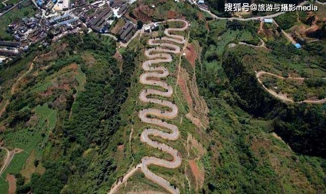 Đường cao tốc nhưng lại xây trên đỉnh núi, nhìn 68 khúc cua khiến ai cũng khiếp sợ - 1