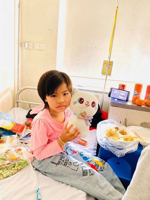 Từng gặp nhau chỉ vài giờ nhưng H'Hen Niê vẫn âm thầm quan tâm và tặng món quà đầy ý nghĩa cho mẫu nhí bị ung thư