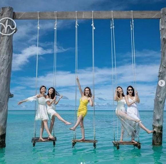 Vừa sinh con ít lâu, Hồ Hạnh Nhi đã khoe dáng nóng bỏng đáng ngưỡng mộ khi du lịch Maldives bên hội bạn thân