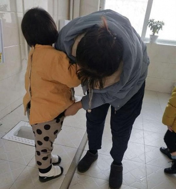 Ngày đầu tiên đi học mẫu giáo, con gái tôi bị cô giáo gọi lại thay quần áo! Cảnh báo 3 loại quần áo không phù hợp để đi học