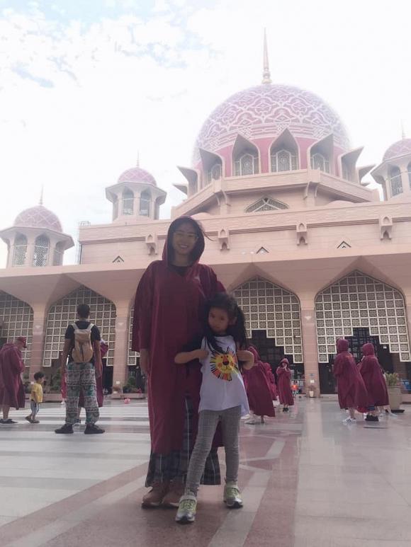 Đang đấu tranh với ung thư, Mai Phương vẫn rạng rỡ cùng con gái du lịch Malaysia và Singapore