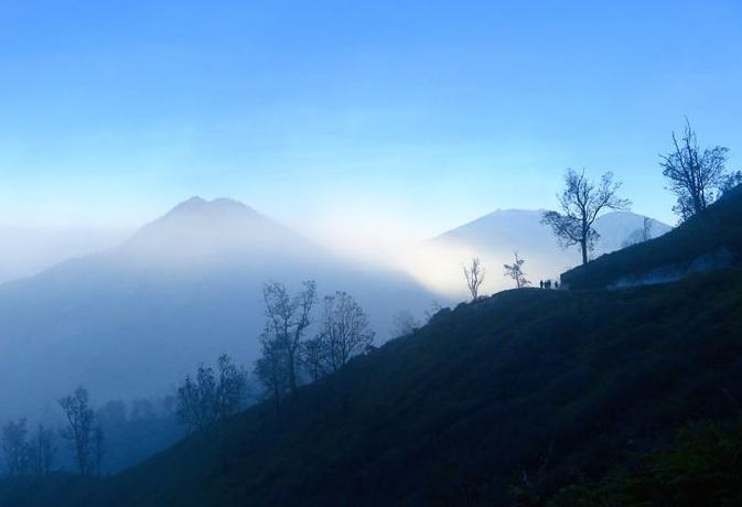 Ngọn núi lửa kỳ lạ ở Indo, có màu xanh trong đêm tối và tắt khi mặt trời mọc - 1