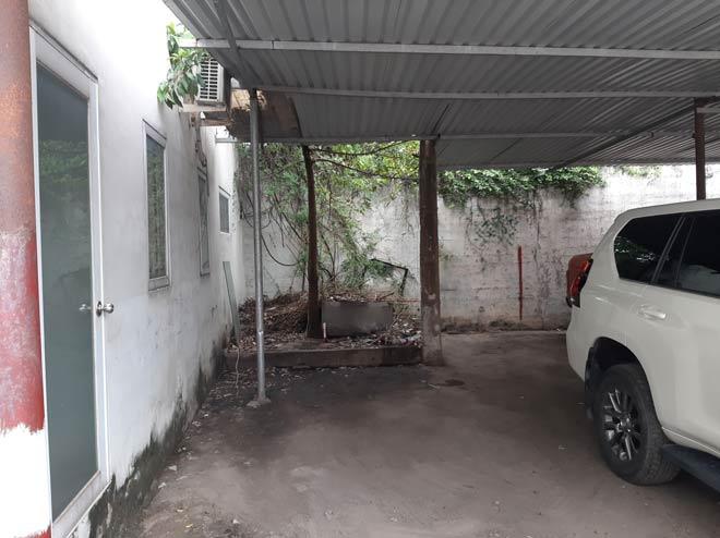Người đàn ông chết bí ẩn trong bãi giữ xe ở Sài Gòn với vết thương ở cổ - 1