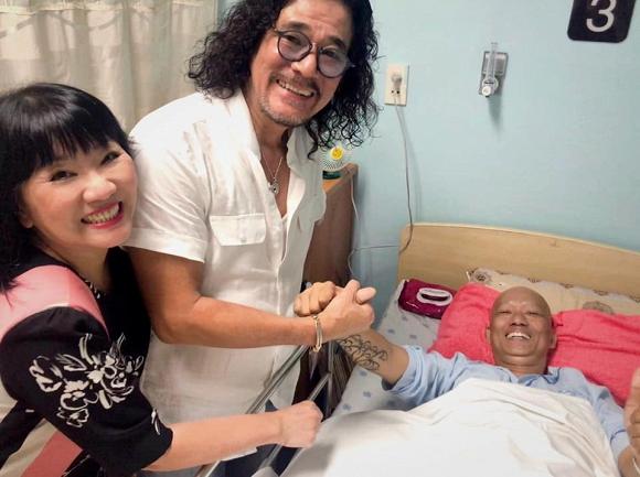Vợ chồng Cẩm Vân - Khắc Triệu mang 500 triệu vào bệnh viện trao cho nhạc sĩ Xuân Hiếu đang chữa ung thư