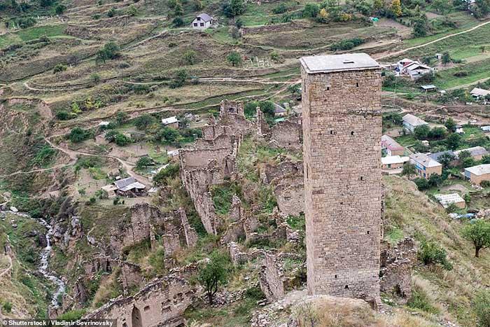 Những ngôi làng ma lụp xụp, đổ nát tại một địa điểm heo hút không người ở - 1