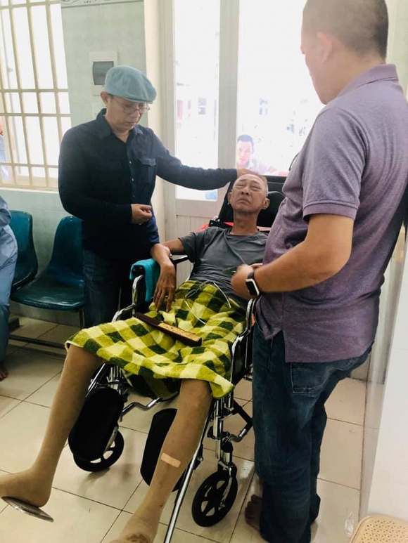 Nghệ sĩ Trung Dân, Nhật Cường vào thăm và trao quà cho NS Lê Bình trước giờ xạ trị ung thư