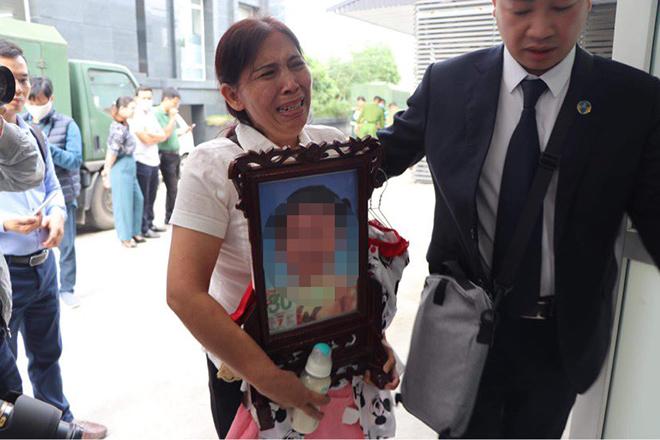 Nước mắt bà ngoại trong phiên toà xét xử mẹ và cha dượng bạo hành con đến tử vong - 1
