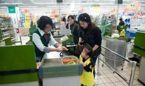 Cậu bé 5 tuổi hỏi: Tại sao 'bao cao su' luôn được đặt ở quầy thanh toán, câu trả lời của cô thu ngân thật tuyệt vời