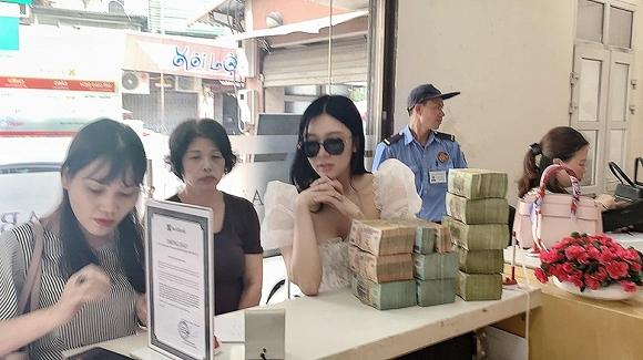 Vừa khóc lóc bán nhà để chữa bệnh ung thư cho bố, Thanh Bi gây tò mò khi mang cọc tiền 'khủng' đi tậu nhà mới