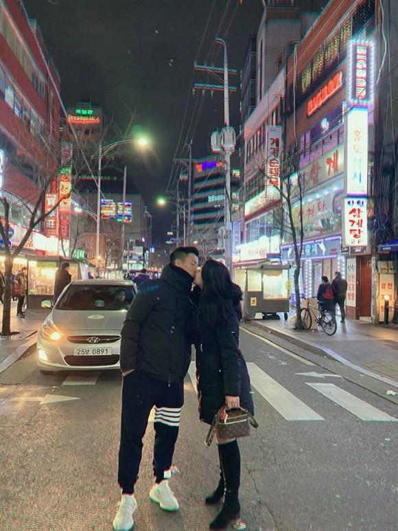 Đi du lịch ở Hàn Quốc, vợ chồng trung vệ Bùi Tiến Dũng tranh thủ đến thăm Xuân Trường